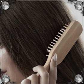 Расчесывать волосы у зеркала
