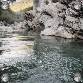 Река с камнями